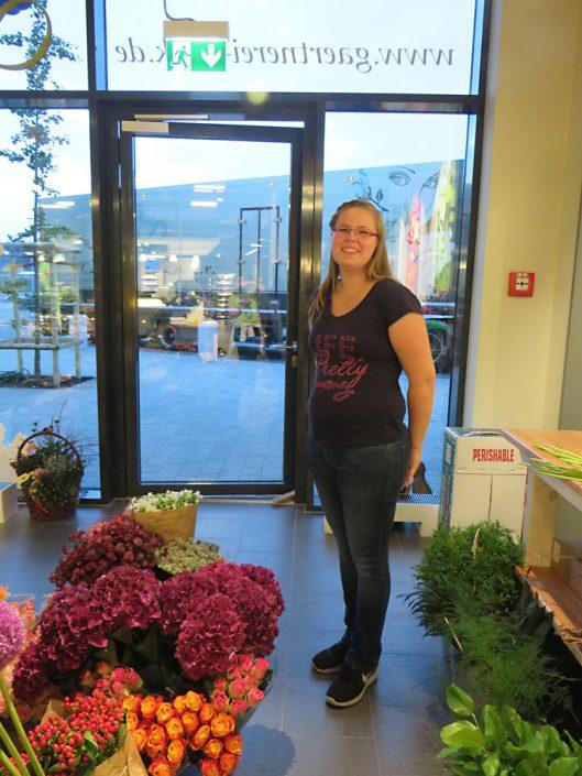 Unsere Floristin Nadine Möller mit frischer Ware.
